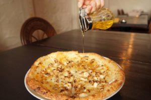 くるみとクリームチーズ、はちみつのピザ